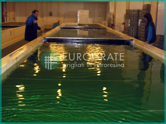 Grating walkways submerged in water for the fishing sector