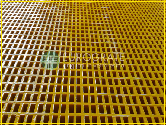 Antistatic gratings with similar characteristics to metal gratings