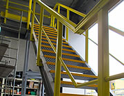 Assembly of a structure with profiles and grating stair treads